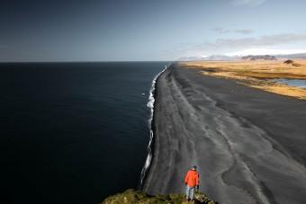 Vue sur la longue plage de sable noir de Vik